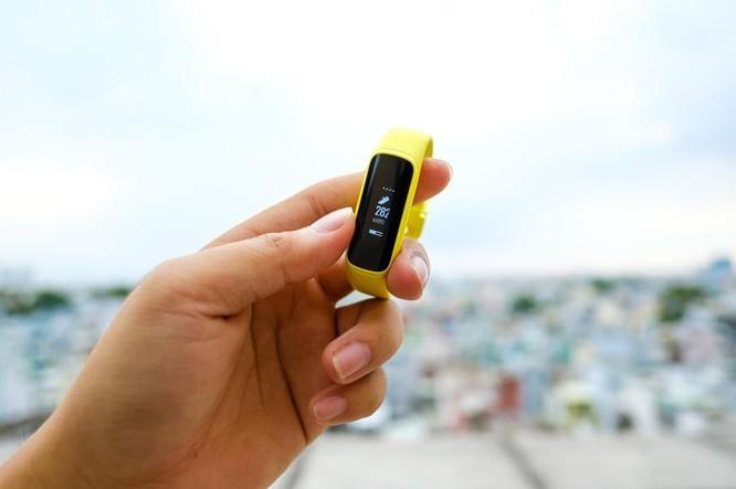Trên tay Galaxy Fit e - vòng thông minh rẻ nhất của Samsung ảnh 7