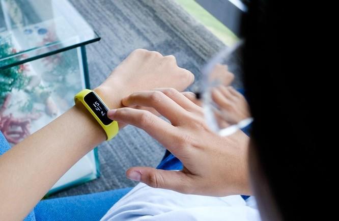 Trên tay Galaxy Fit e - vòng thông minh rẻ nhất của Samsung ảnh 4