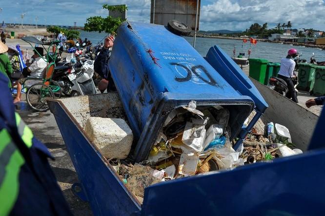 Hàng trăm bạn trẻ dọn rác ở Phú Quốc ảnh 12
