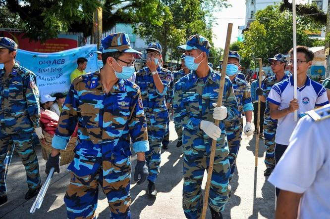 Hàng trăm bạn trẻ dọn rác ở Phú Quốc ảnh 6