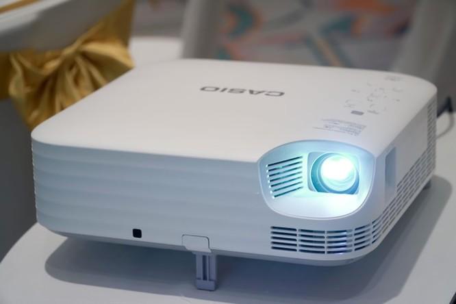 Casio tung máy chiếu kết nối không dây một chạm với smartphone ảnh 2
