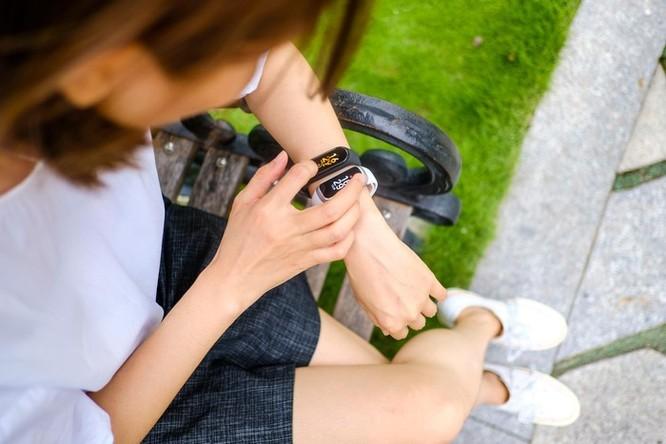 Mi Band 4 giá 850.000 đồng đọ sức Galaxy Fit giá 2 triệu, ai hơn? ảnh 2