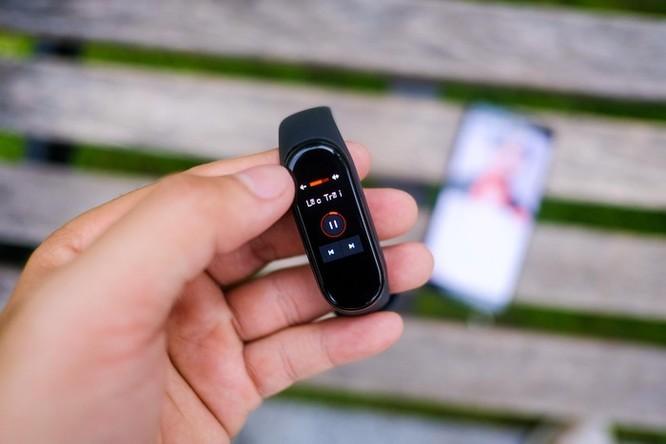 Mi Band 4 giá 850.000 đồng đọ sức Galaxy Fit giá 2 triệu, ai hơn? ảnh 8