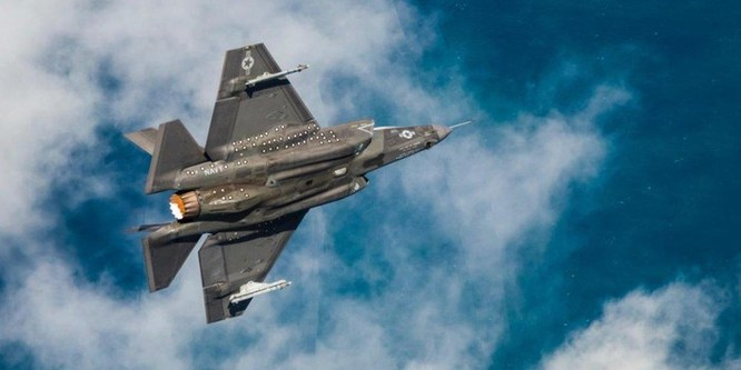 Bức ảnh này chụp đúng khoảnh khắc F-35C bay tốc độ siêu thanh ảnh 1