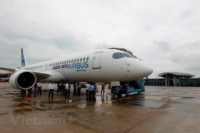 Cận cảnh Airbus 'chào hàng' máy bay A220 loại nhỏ tại Việt Nam ảnh 1