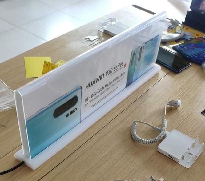 Nhiều cửa hàng tại Việt Nam gỡ bàn trải nghiệm điện thoại Huawei ảnh 1