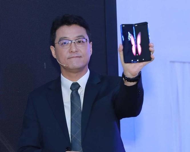 Siêu phẩm điện thoại gập Galaxy Fold giá 50 triệu đồng cháy hàng sau 6 giờ ra mắt tại Việt Nam ảnh 1
