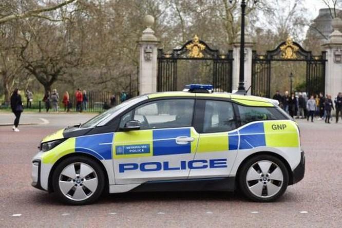 Cảnh sát Anh mua xe điện 2 triệu USD nhưng bắt cướp phải chờ sạc pin ảnh 1