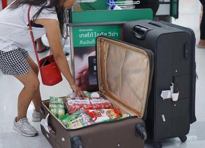 Mang vali, chậu, xe kéo đi mua hàng vì túi nylon bị cấm ở Thái Lan ảnh 1