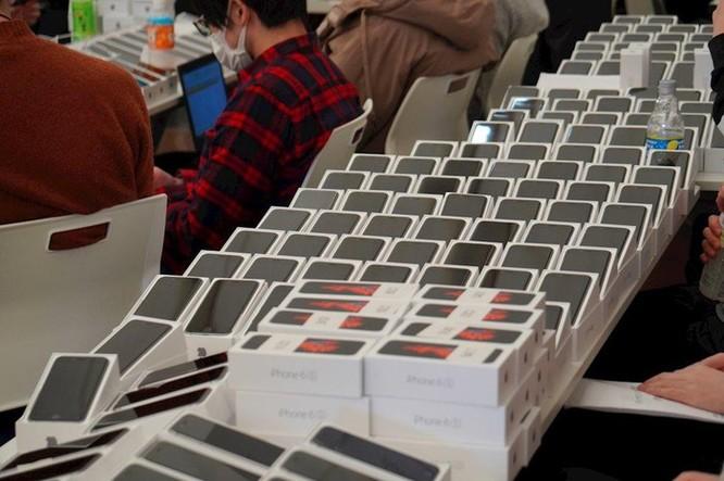 Nhật Bản phát gần 2.000 iPhone cho hành khách trên tàu bị cách ly vì Covid-19 ảnh 1