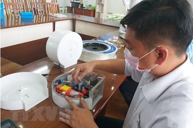 Dịch COVID-19: Thanh niên sáng chế thiết bị rửa tay tự động ảnh 2