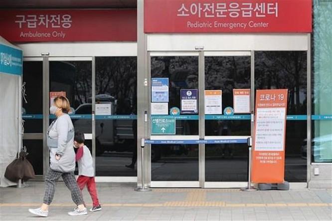 Hàn Quốc: Người vi phạm quy định cách ly sẽ phải đeo vòng tay điện tử ảnh 1