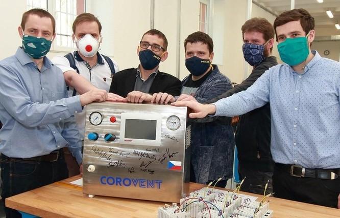 Chế tạo máy trợ thở - Tấm lòng của các tình nguyện viên tại Séc ảnh 1
