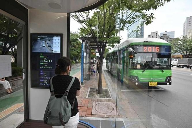Hàn Quốc lắp nhà chờ xe buýt thông minh diệt virus corona ảnh 1