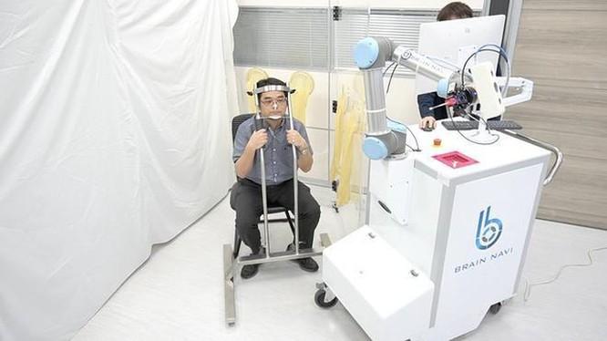 Robot thay người lấy mẫu xét nghiệm Covid-19 ảnh 1