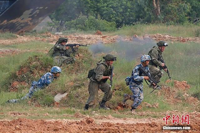 Lính Trung Quốc và Nga xung phong chiếm lĩnh trận địa trong cuộc tập trận đổ bộ chiếm đảo hồi tháng 9 vừa qua ở Biển Đông
