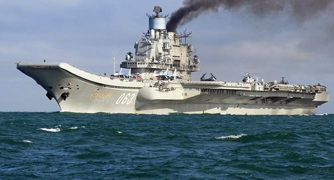 Tàu sân bay Đô đốc Kuznetsov tiến qua eo biển Anh