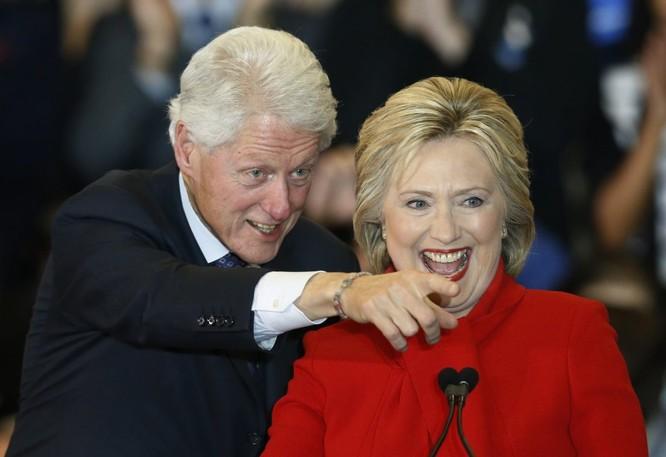 Vợ chồng nhà Clinton đang gặp rắc rối lớn với FBI