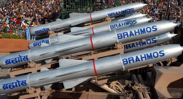 Tên lửa hành trình siêu thanh Brahmos của Ấn Độ được đánh giá là vũ khí chống hạm nguy hiểm nhất thế giới, có thể hạ tàu sân bay chỉ bằng một phát bắn cũng là sản phẩm hợp tác với Nga