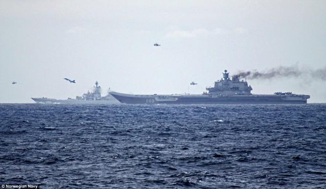Chiến đấu cơ Su-33 và trực thăng săn ngầm xuất kích từ tàu sân bay Đô đốc Kuznetsov