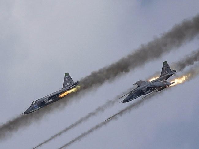 Cường kích Su-24 Nga tấn công phiến quân trên chiến trường Syria. Nga không có vẻ gì là bj sa lầy như dự đoán của tổng thống Mỹ Obama
