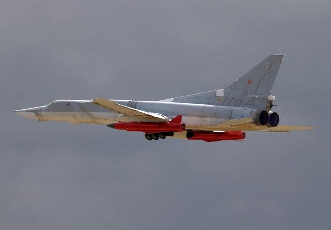 Máy bay ném bom chiến lược Tu-22M3 mang tên lửa hành trình Kh-32 tham gia tấn công mục tiêu khủng bố tại Syria