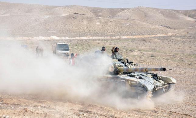 Xe tăng quân đội Syria ở ngoại vi thành phố Palmyra