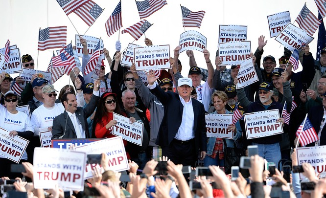 Ông Trump đi vòng quanh nước Mỹ tri ân người ủng hộ thay vì tiến về Washington