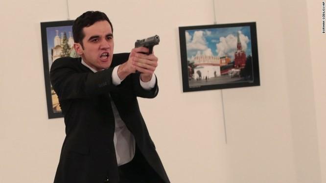 Tên sát thủ đã ra tay đê hèn với đại sứ Nga tại Ankara