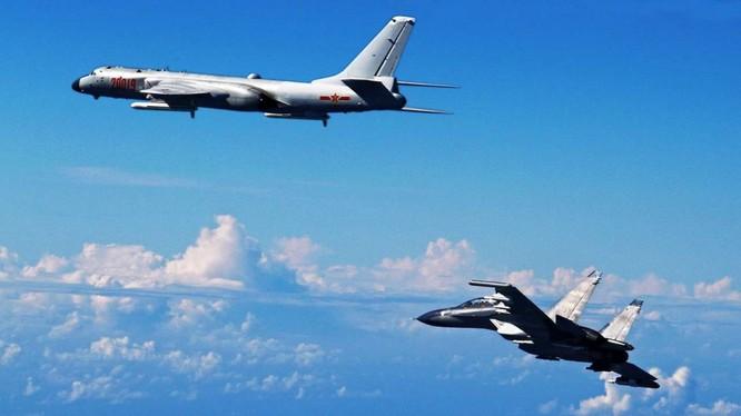 Chiến đấu cơ Su-30 Trung Quốc hộ tống máy bay ném bom tầm xa H-6K bay trên Thái Bình Dương