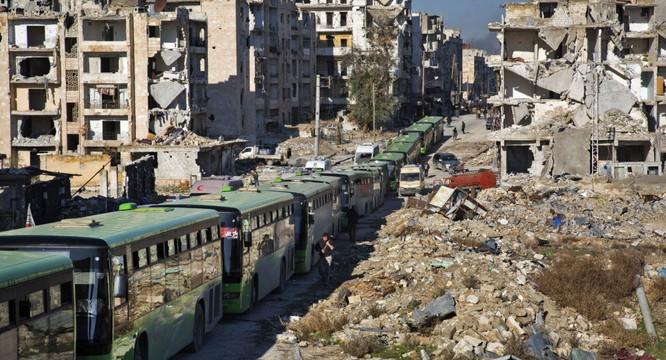 Xe buýt chở phiến quân đầu hàng rời khỏi chảo lửa Aleppo