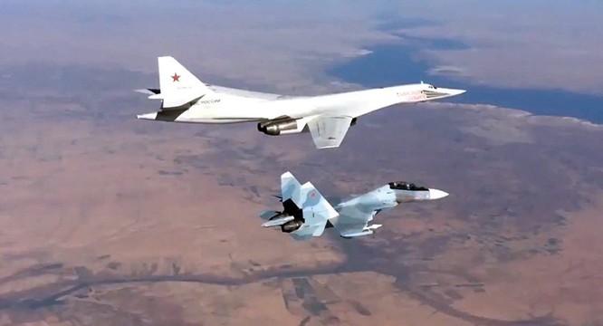 Chiến đấu cơ Su-30SM hộ tống máy bay ném bom chiến lược Tu-160 Nga tham gia chiến dịch quân sự tại Syria