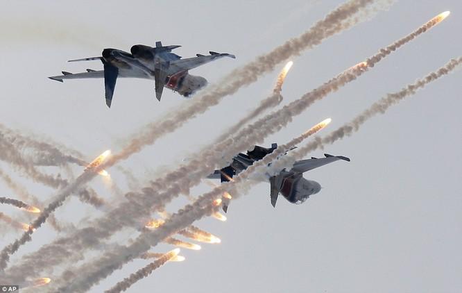 Phi đội chiến đấu Nga biểu diễn kỹ năng trên không