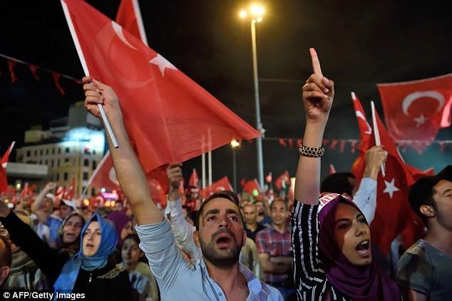 Người dân Thổ Nhĩ Kỳ xuống đường, góp phần lật ngược tình thế cuộc đảo chính hồi tháng 7/2016