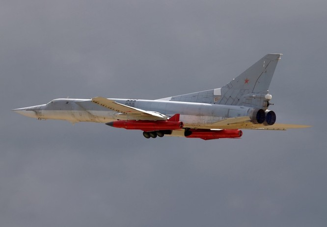Máy bay ném bom chiến lược Tu-22M3 mang tên lửa hành trình tầm xa Kh-22 tấn công mục tiêu khủng bố tại Syria