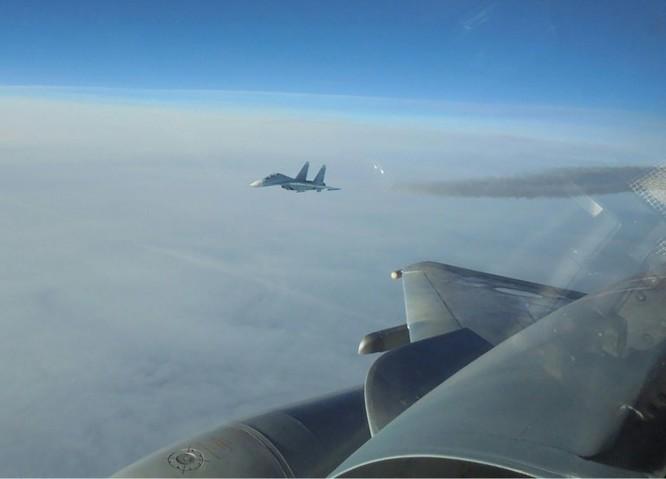 Máy bay Pháp bay kèm và chụp ảnh một chiến đấu cơ Sukhoi của Nga ở Baltic