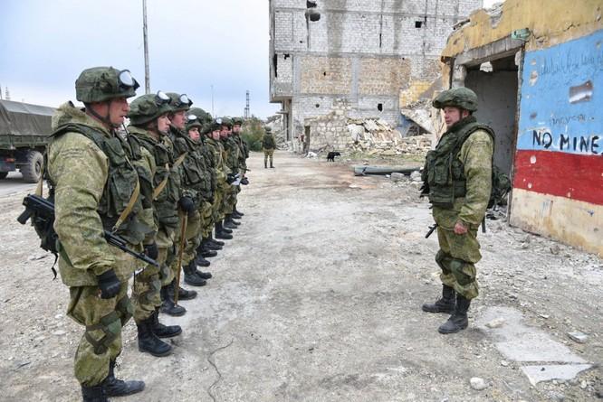 Binh sĩ Nga làm nhiệm vụ ở thành phố Aleppo vừa được giải phóng