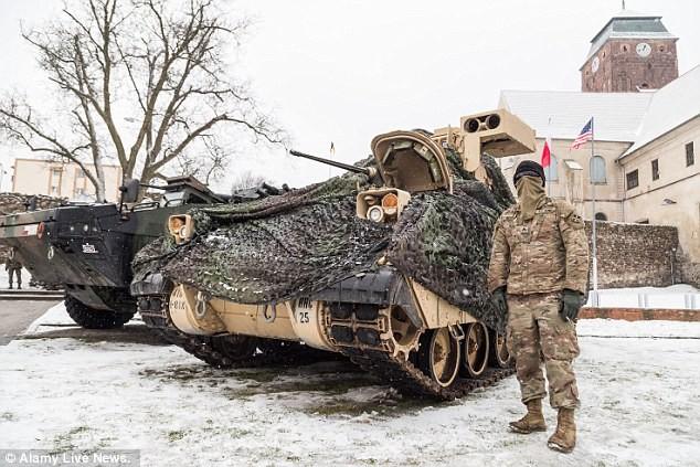 Xe bọc thép và lính Mỹ vừa được triển khai tại Ba Lan