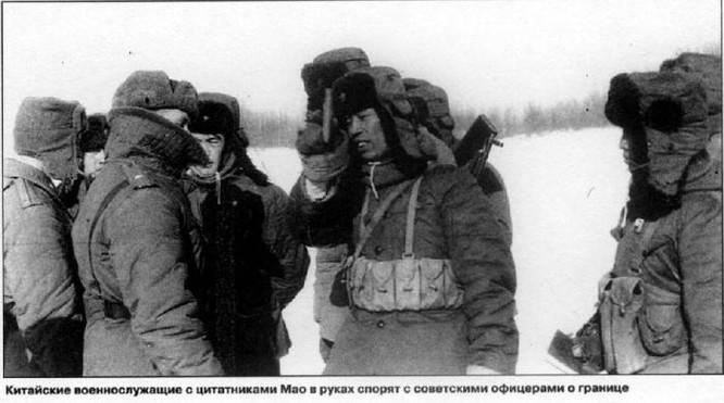 Lính biên phòng Trung Quốc và Liên Xô đấu khẩu ở khu vực biên giới trước khi nổ ra xung đột