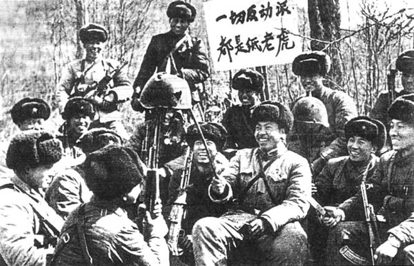 Binh sĩ Trung Quốc khoe mũ sắt của lính hồng quân lỗ chỗ vết đạn sau một trận đánh