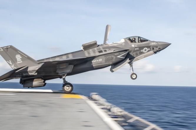 Chiến đấu cơ tàng hình F-35 xuất kích trên tàu sân bay Mỹ