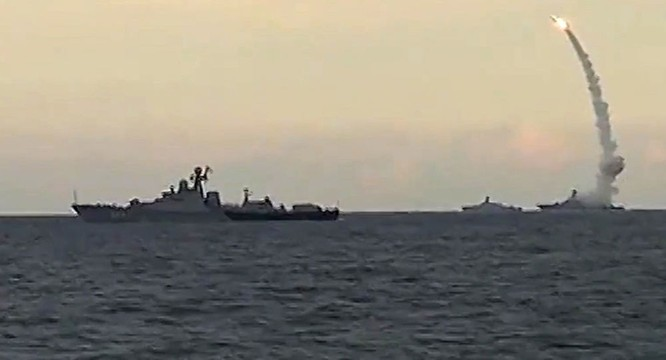 Tàu chiến Nga phóng tên lửa Kalibr tấn công các mục tiêu tại Syria