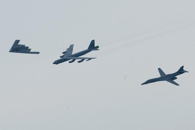 Bộ ba máy bay chiến lược của Mỹ bao gồm B-2 Spirits, B-1B và B-2 bay tuần tra Biển Đông