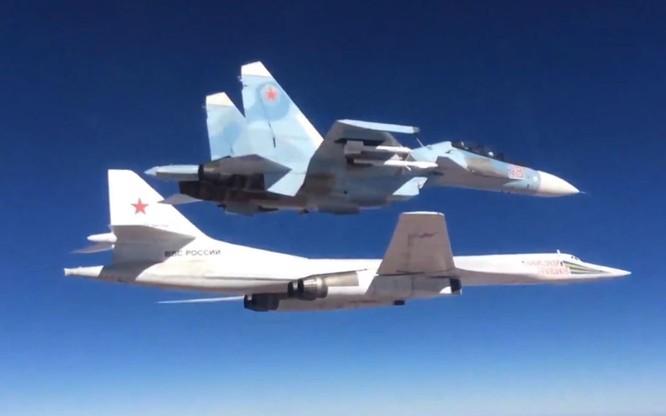 Máy bay ném bom chiến lược Tu-160 được Su-30SM hộ tống tham chiến tại Syria