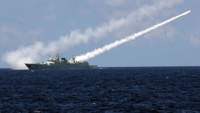 Tàu khu trục Trung Quốc phóng tên lửa trong một cuộc tập trận trên Biển Đông