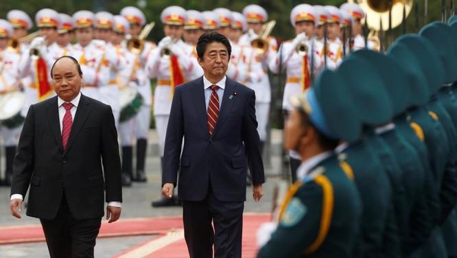 Thủ tướng Nguyễn Xuân Phúc và Thủ tướng Nhật Bản Shinzo Abe duyệt đội danh dự trong chuyến thăm Việt Nam vừa qua