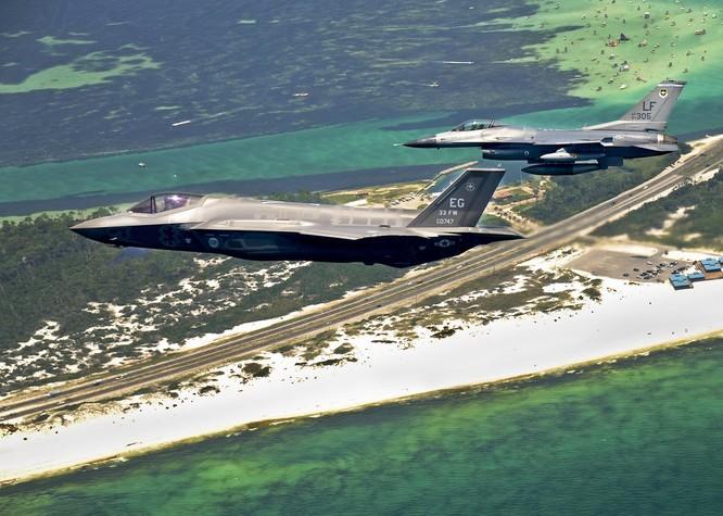 Mỹ đã điều phi đội chiến đấu cơ tàng hình đầu tiên tới trấn yểm ở Nhật Bản