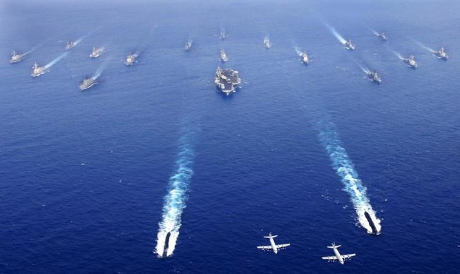 Cụm tác chiến tàu sân bay Mỹ dàn đội hình trên biển