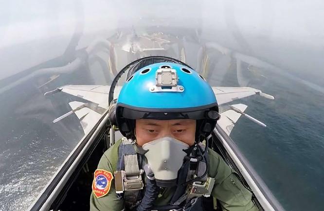 Phi công Trung Quốc luyện tập xuất kích từ tàu sân bay Liêu Ninh