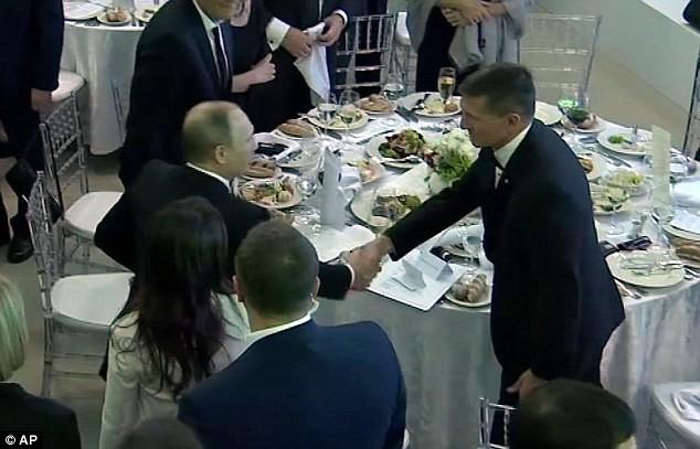 Tổng thống Nga Putin bắt tay ông Flynn trong buổi tiệc 2015